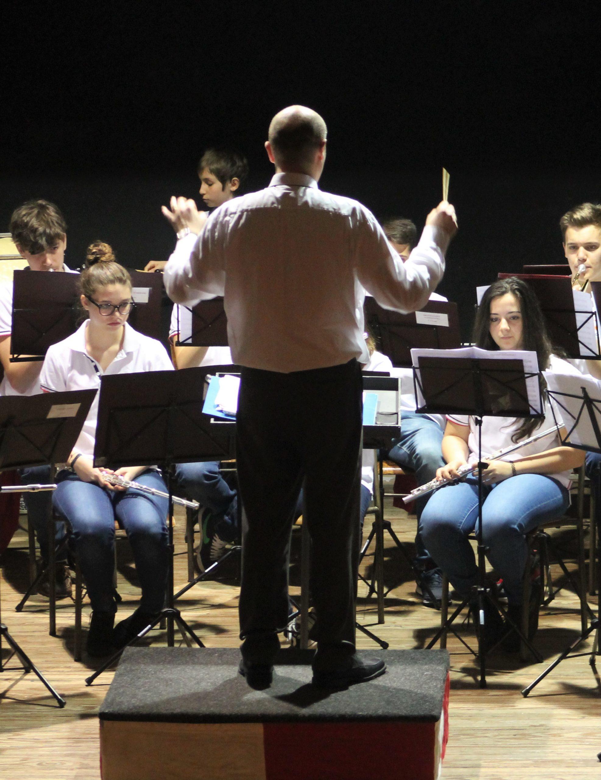 Il maestro Enea Bezzi dirige la Junior Band.